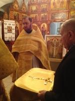 Епископ Савватий награждает наперстным золотым крестом иерея Михаила (Сафичук). Тарская епархия
